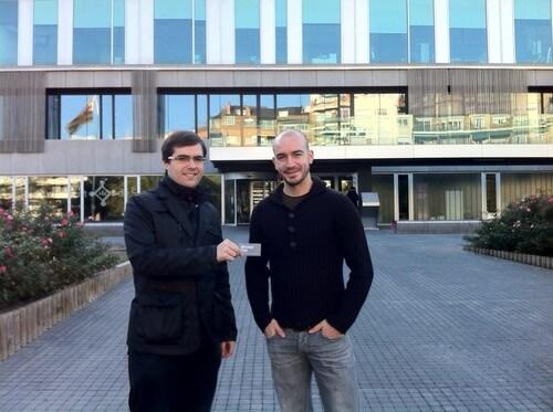 Jordi pasa la tarjeta a Josep Lluis - El Viaje de mi Tarjeta